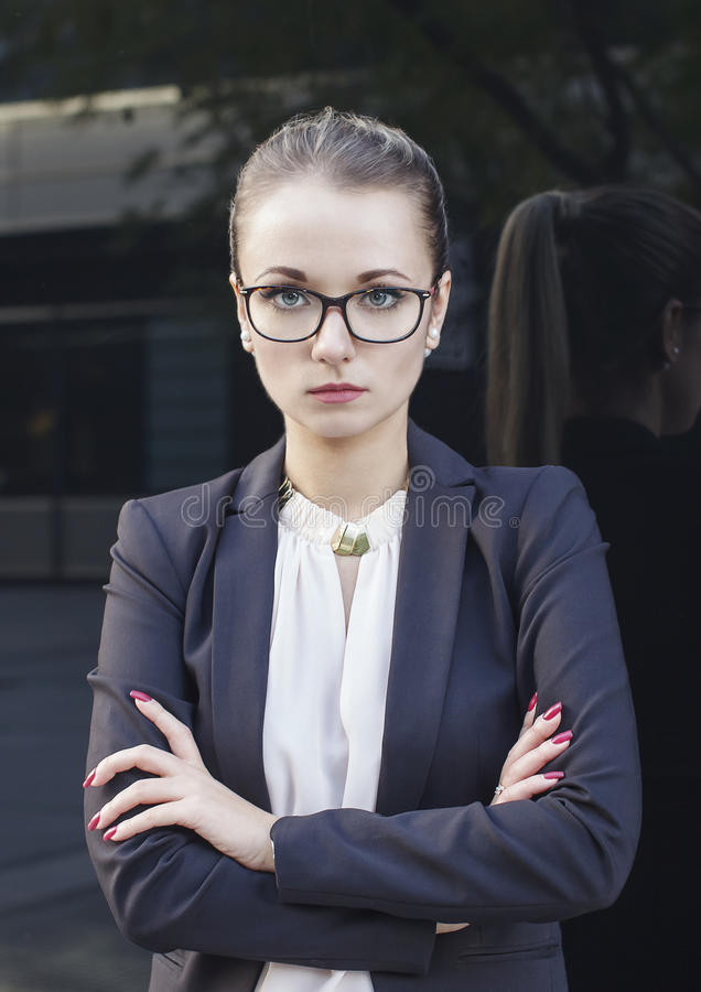 Portret biznesowa kobieta lub nauczyciel patrzeje kamerę zdjęcia stock