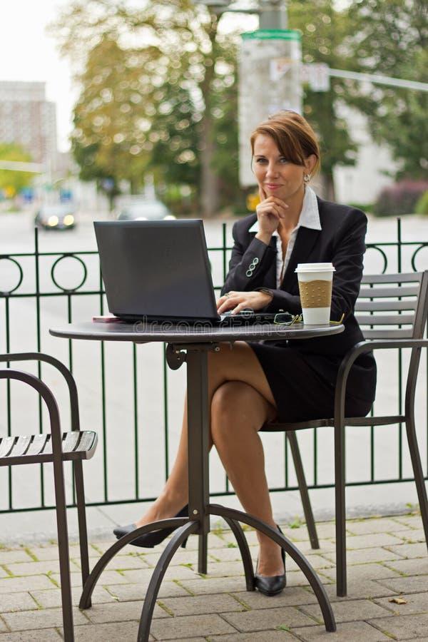 Portret biznesowa kobieta na zewnątrz pracować na laptopie zdjęcie stock