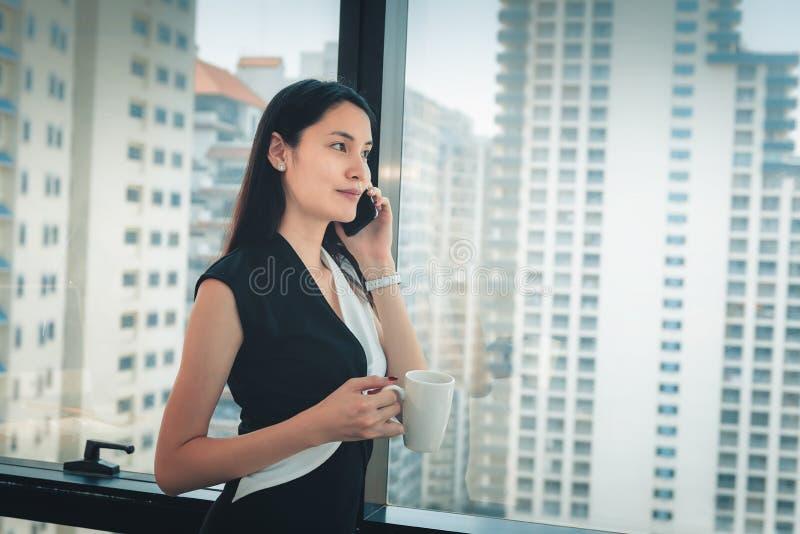 Portret Biznesowa kobieta Opowiada na telefonie kom?rkowym w Biurowej miejsce pracy, Atrakcyjny Pi?kny bizneswoman Opowiada dalej zdjęcia stock