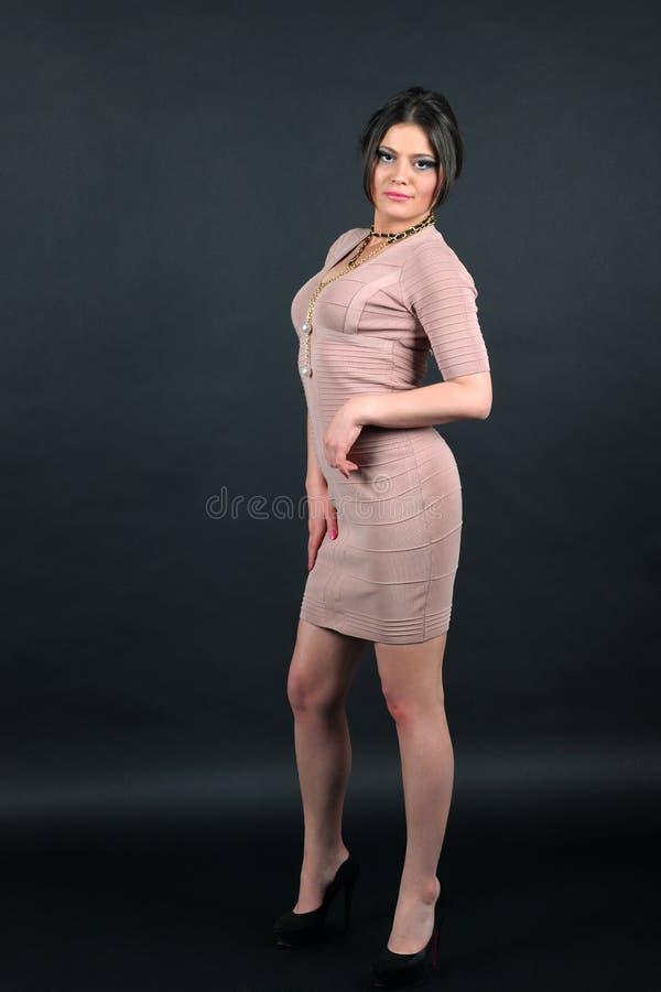Portret biznesowa kobieta ubierał w trykotowej jasnobrązowej sukni obrazy stock