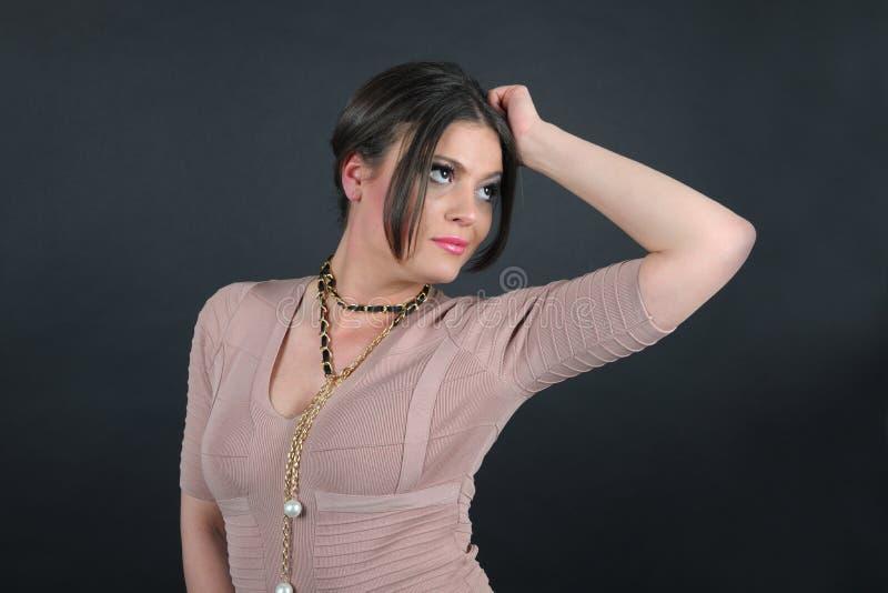 Portret biznesowa kobieta ubierał w trykotowej jasnobrązowej sukni zdjęcie stock