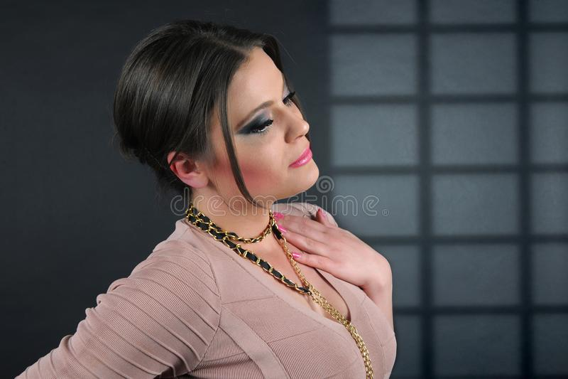 Portret biznesowa kobieta ubierał w trykotowej jasnobrązowej sukni fotografia royalty free