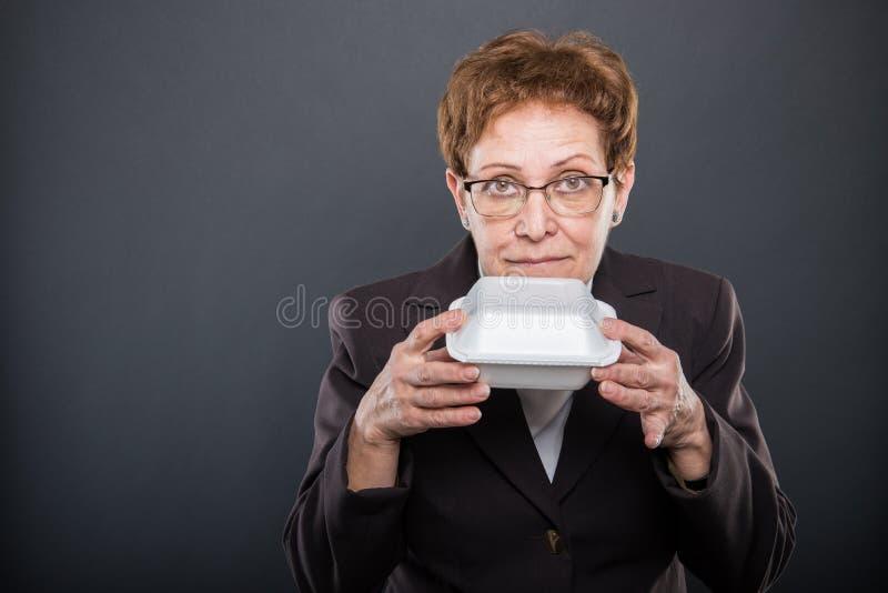 Portret biznesowa starsza dama wącha lunchu pudełko obrazy stock