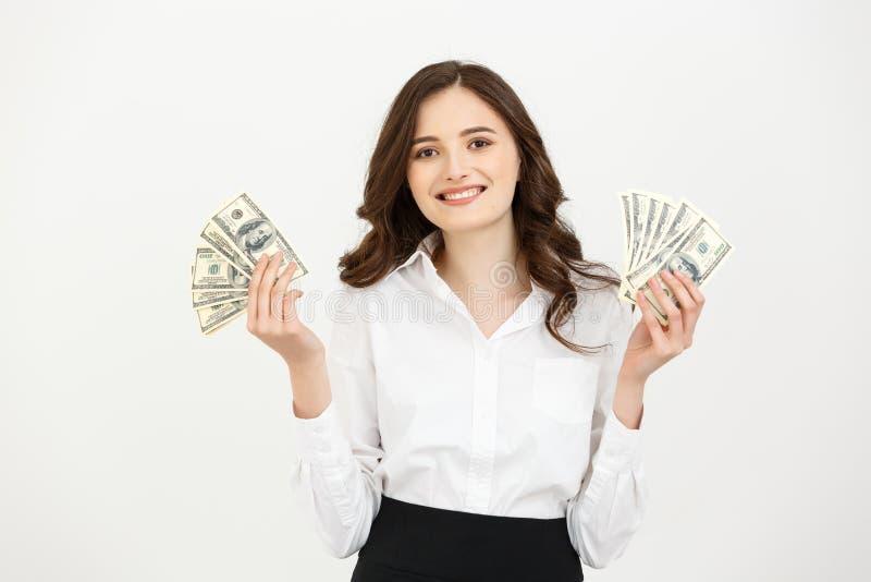 Portret biznesowej kobiety mienia pieniądze rozochoceni młodzi banknoty i odświętność nad białym tłem fotografia stock