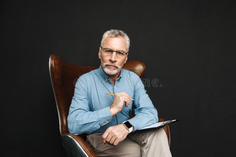 Portret biznesowy w średnim wieku mężczyzna 50s z popielatym włosy i zdjęcie stock