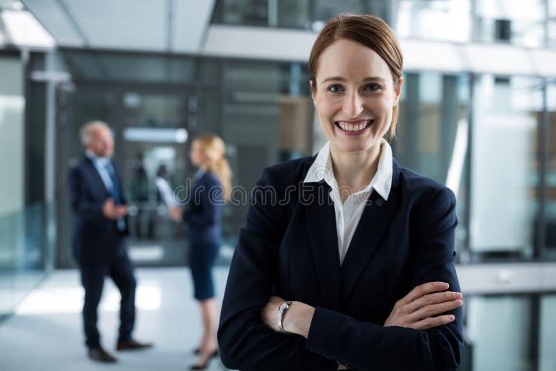 Portret bizneswoman pozycja z rękami krzyżować obraz stock
