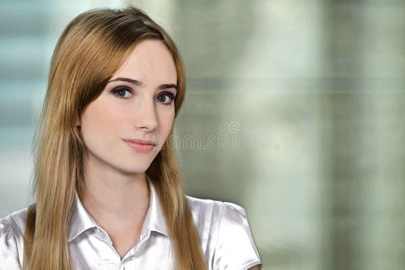 Portret bizneswoman przy biurem obraz royalty free