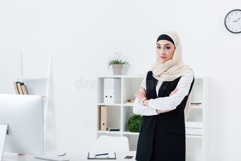 portret bizneswoman w hijab z rękami krzyżował pozycję obraz royalty free
