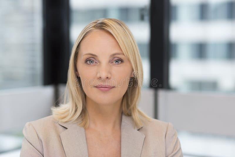 Portret bizneswoman w nowożytnym biurze Budować w backgrou obraz stock