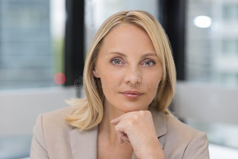 Portret bizneswoman w nowożytnym biurze Budować w backgrou fotografia stock