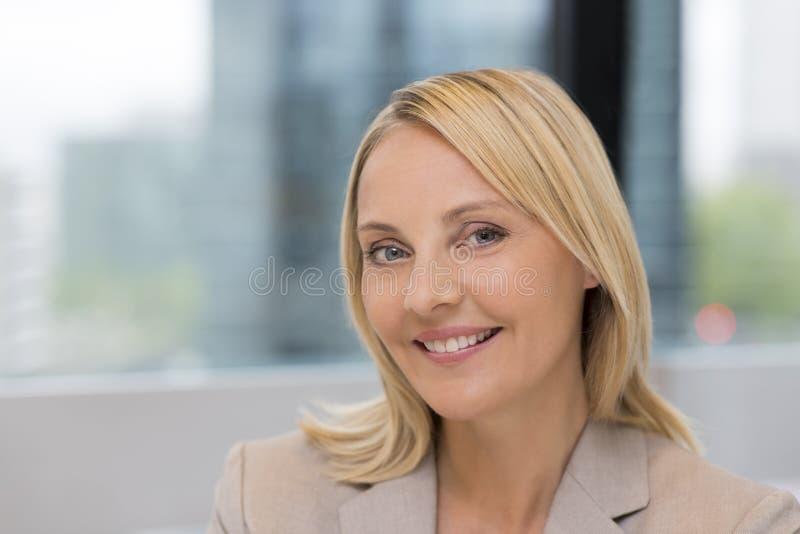 Portret bizneswoman w nowożytnym biurze Budować w backgrou zdjęcia stock
