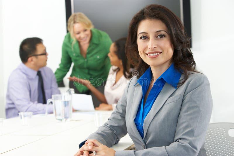 Portret bizneswoman W sala posiedzeń Z kolegami zdjęcia stock