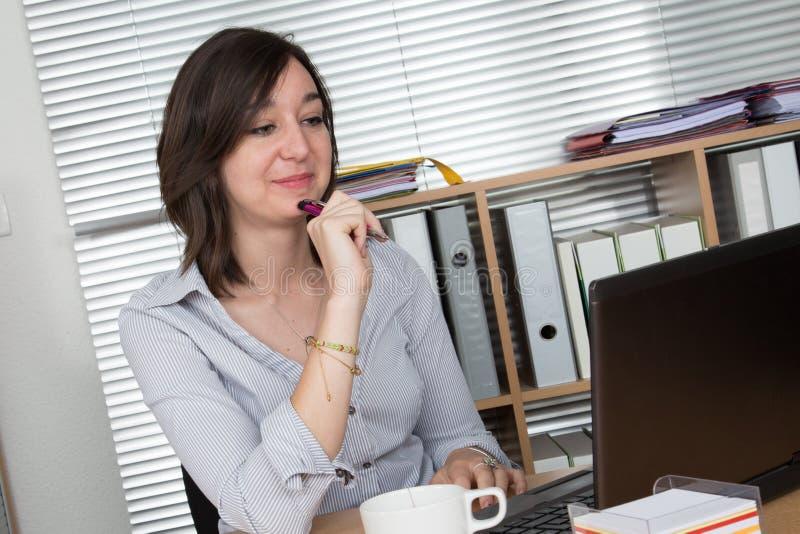Portret bizneswoman z laptopem pisze na dokumencie zdjęcie royalty free