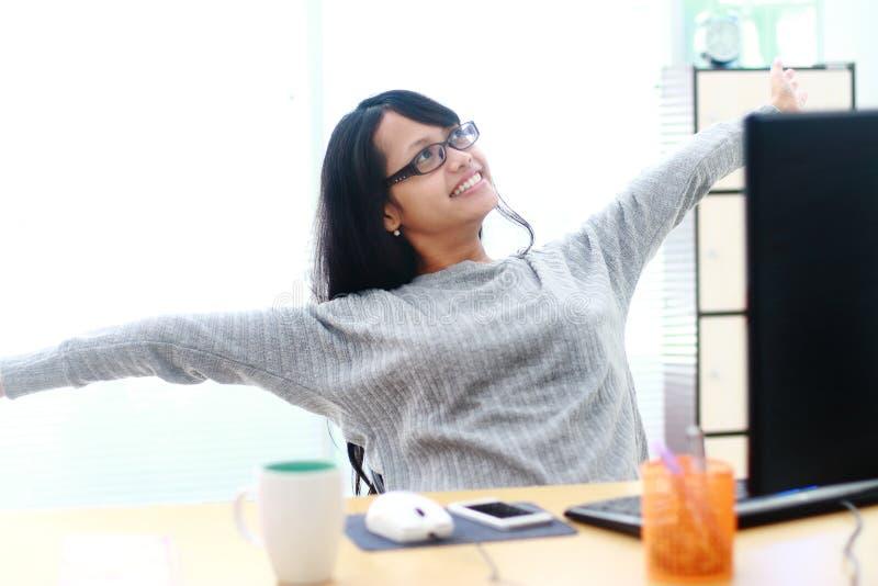 Portret bizneswomanu obsiadanie przy biurkiem w biurze relaksującym zdjęcia royalty free