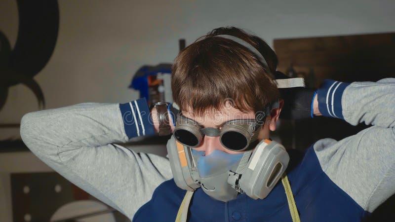 Portret blacksmith w ochronnych szkłach ubiera respirator zdjęcia stock