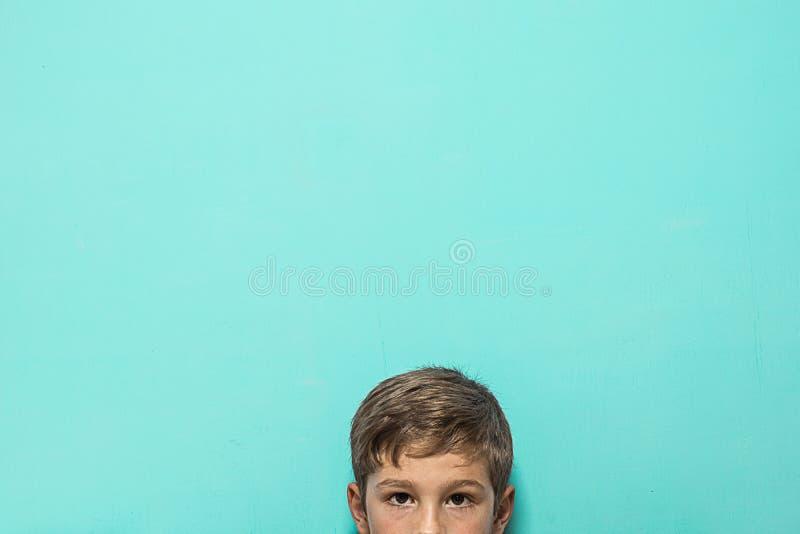 Portret blond dziecko na błękitnym tle obrazy royalty free