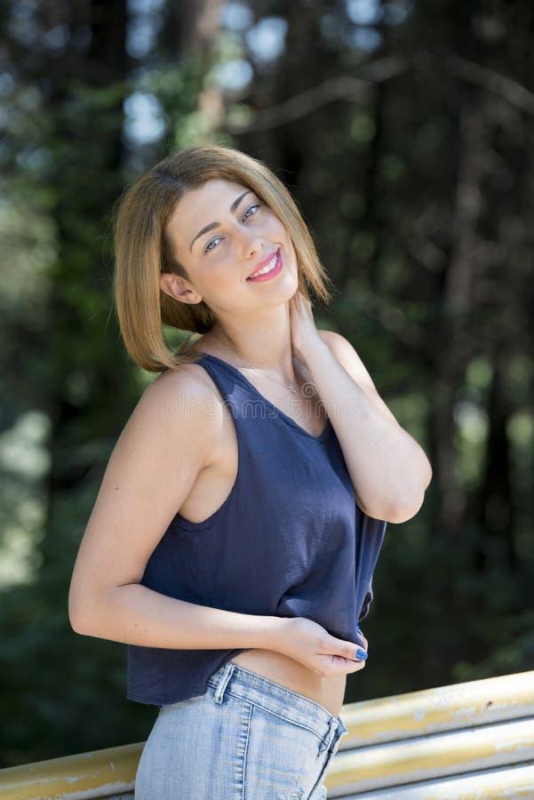 Portret blond kobieta z niebieskimi oczami zdjęcie stock