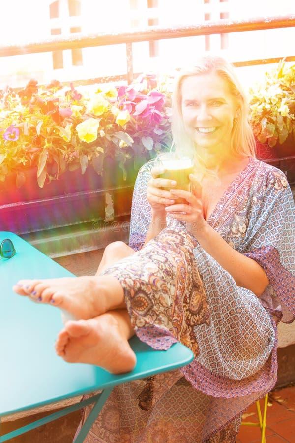 Portret blond kobiety obsiadanie na balkonie obrazy royalty free
