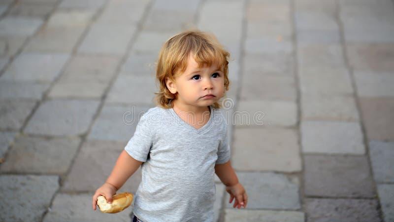 Portret blondyn przyglądający się dzieciak obraz stock