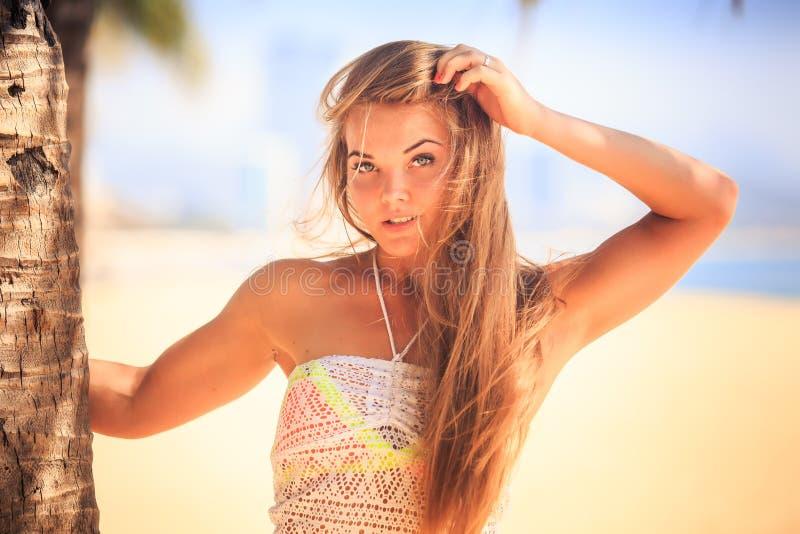 portret blondynka przyglądał się dziewczyny w koronkowy wzruszający długie włosy fotografia royalty free