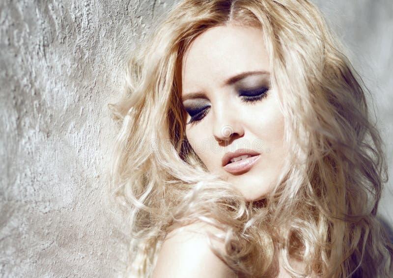 Portret blondynka z światłem od okno obraz stock