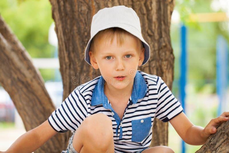 Portret blondynki chłopiec w błękitnym kapeluszu troszkę zdjęcie royalty free
