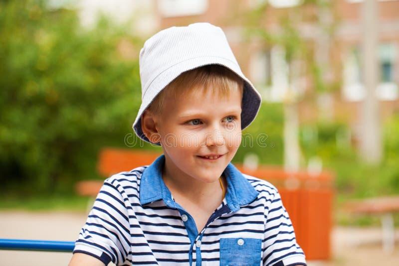 Portret blondynki chłopiec w błękitnym kapeluszu troszkę zdjęcia royalty free