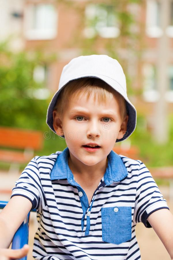 Portret blondynki chłopiec w błękitnym kapeluszu troszkę fotografia stock