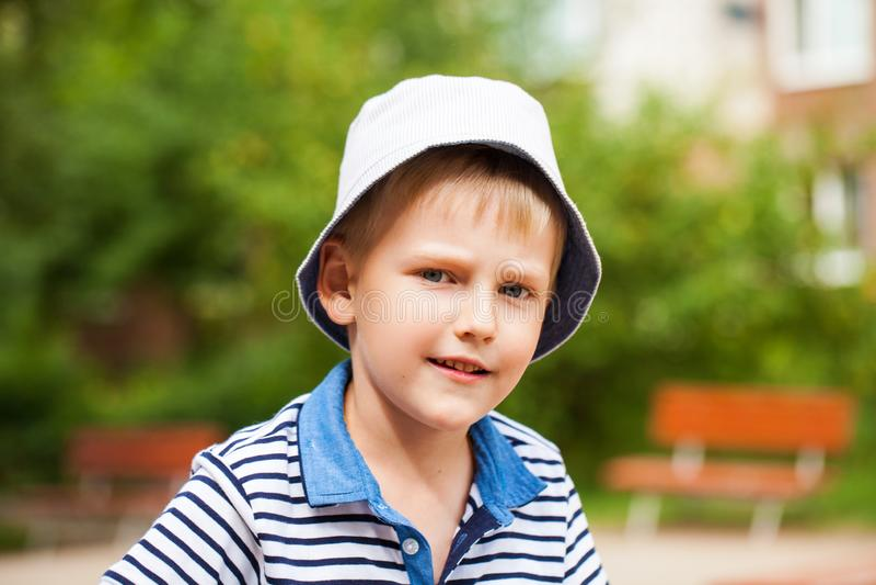 Portret blondynki chłopiec w błękitnym kapeluszu troszkę obraz royalty free