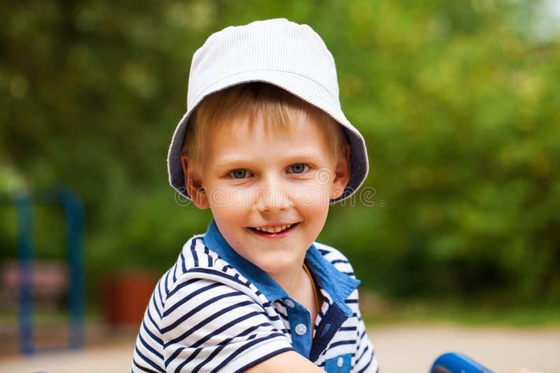 Portret blondynki chłopiec w błękitnym kapeluszu troszkę obraz stock