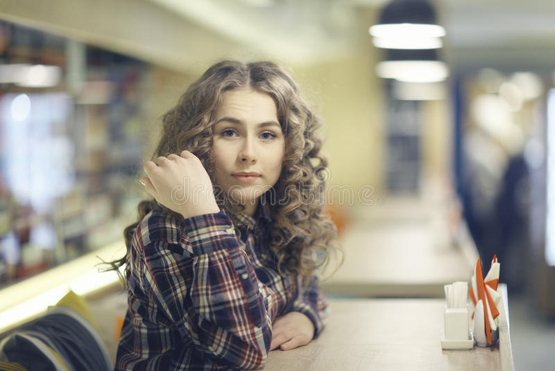 Portret blondynki dziewczyna w kawiarni zdjęcia stock
