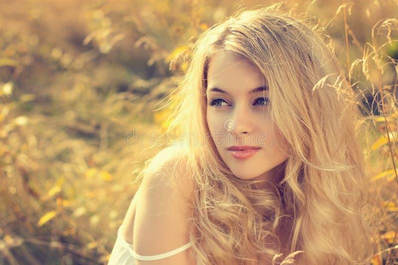 Portret blondynki kobieta na natury tle fotografia royalty free
