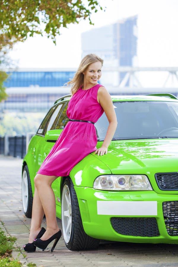 Portret blondynki kobieta piękny zieleń sportów samochód i fotografia stock