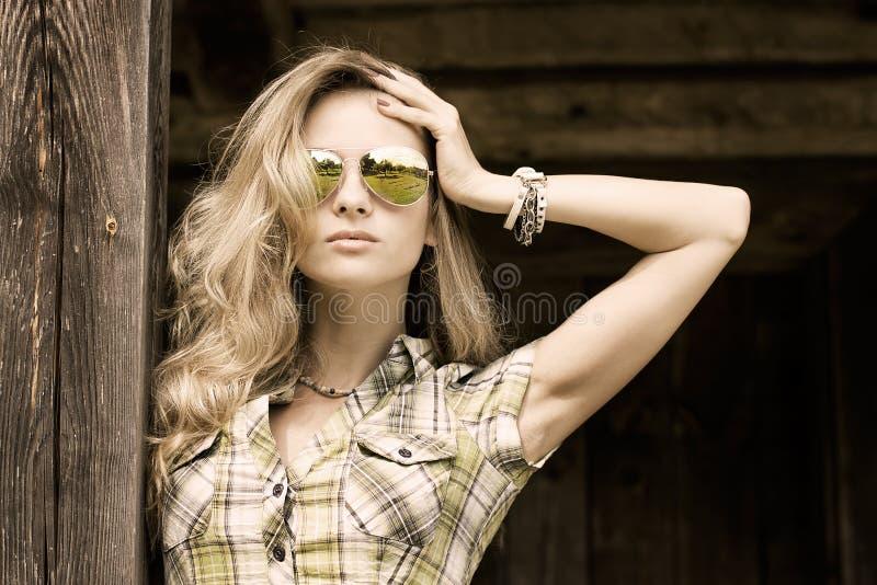 Portret blondynki kobieta przy Drewnianym tłem obrazy royalty free