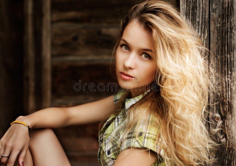 Portret blondynki kobieta przy Drewnianym tłem fotografia stock