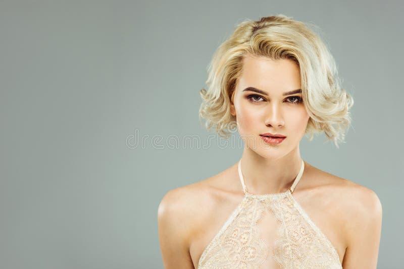 portret blondynki kobieta w biel koronki staniku, fotografia royalty free