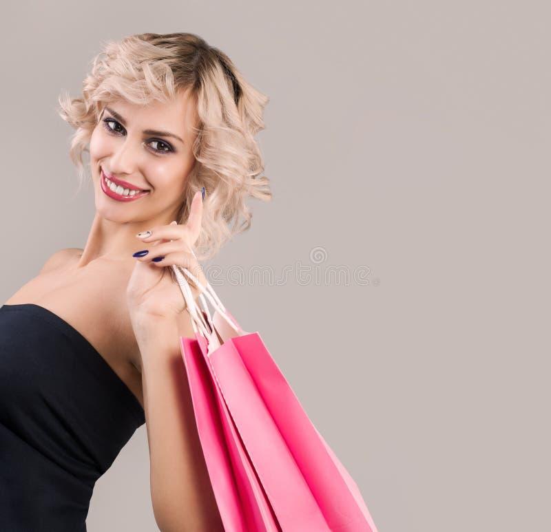 Portret blondynki kobieta z torbami na zakupy zdjęcia royalty free
