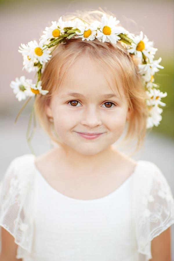 Portret blondynki mała dziewczynka 5 rok w białym a i sukni zdjęcie royalty free