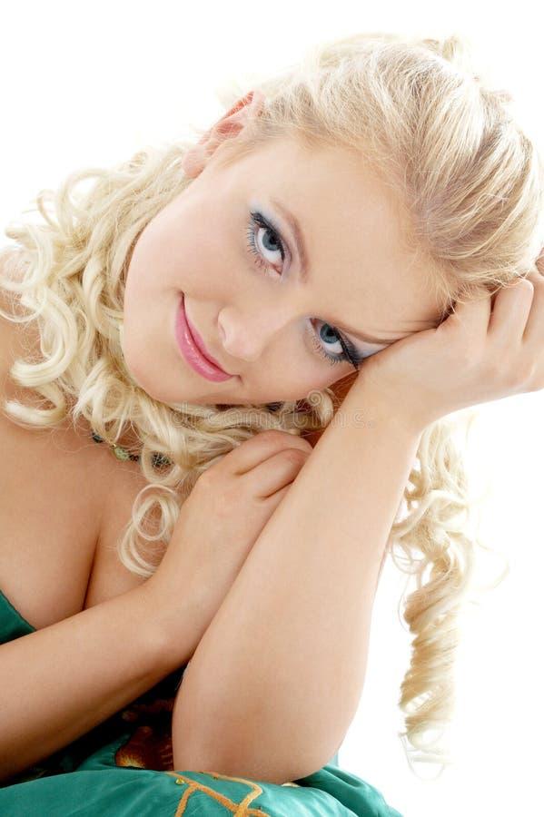 Portret blondyny w zieleni sukni zdjęcia royalty free