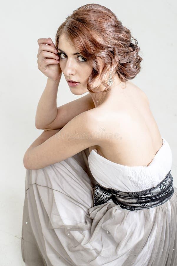 Portret brązowowłosa romantyczna dziewczyna z nagim plecy zdjęcie stock