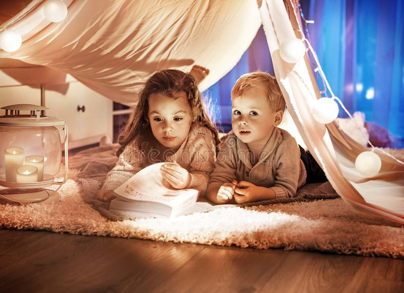 Portret brat i siostra czyta ciekawą opowieść obraz stock