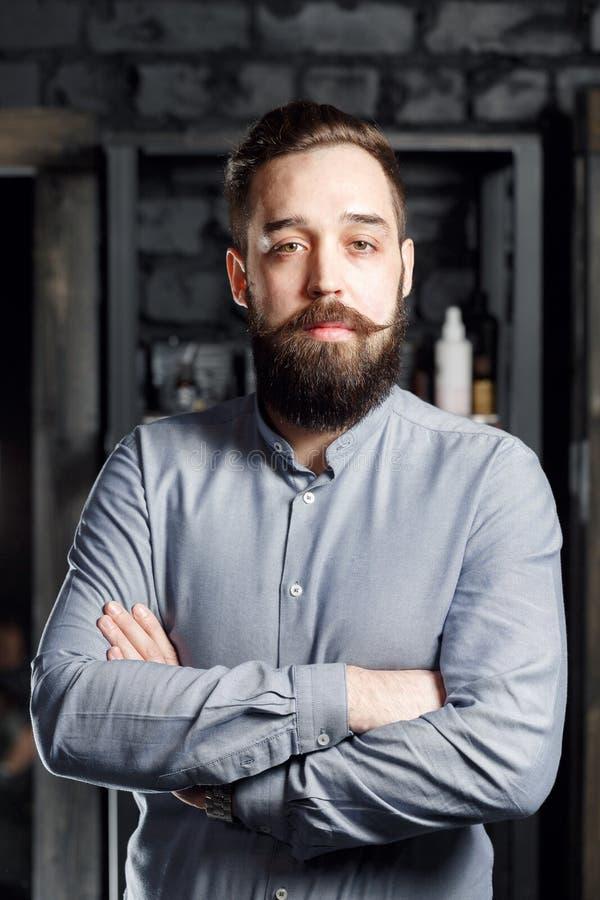 Portret brodata samiec w szarej koszula obraz royalty free