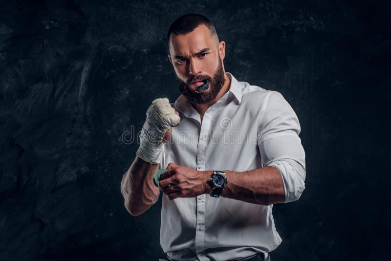 Portret brodatego mężczyzny z rękawiczkami bokserskimi obrazy stock