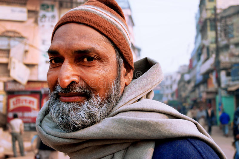 Portret brodaty Indiański przechodzień na zatłoczonej indyjskiej ulicie fotografia royalty free