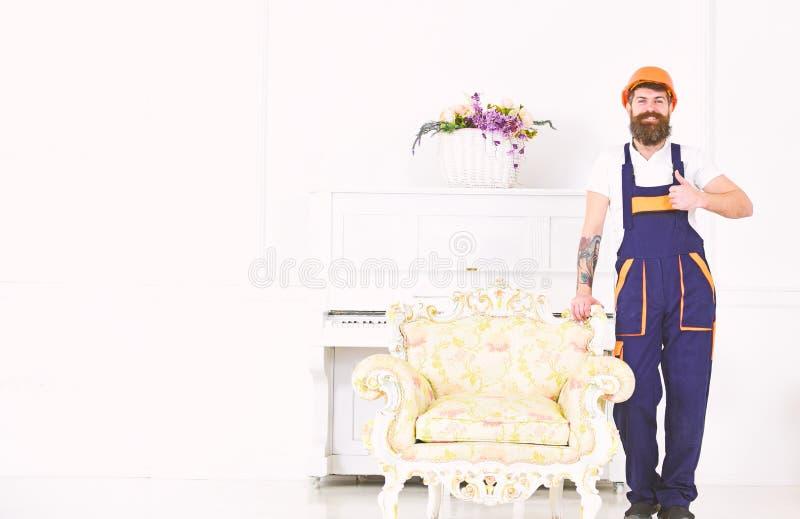Portret brodaty mężczyzna z kciukiem w górę gesta odizolowywającego na białym tle Szczęśliwy budowniczy przenosi rocznika karło zdjęcia royalty free