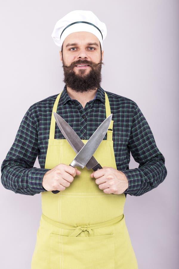 Portret brodaty mężczyzna trzyma dwa dużego ostrego noża obrazy royalty free