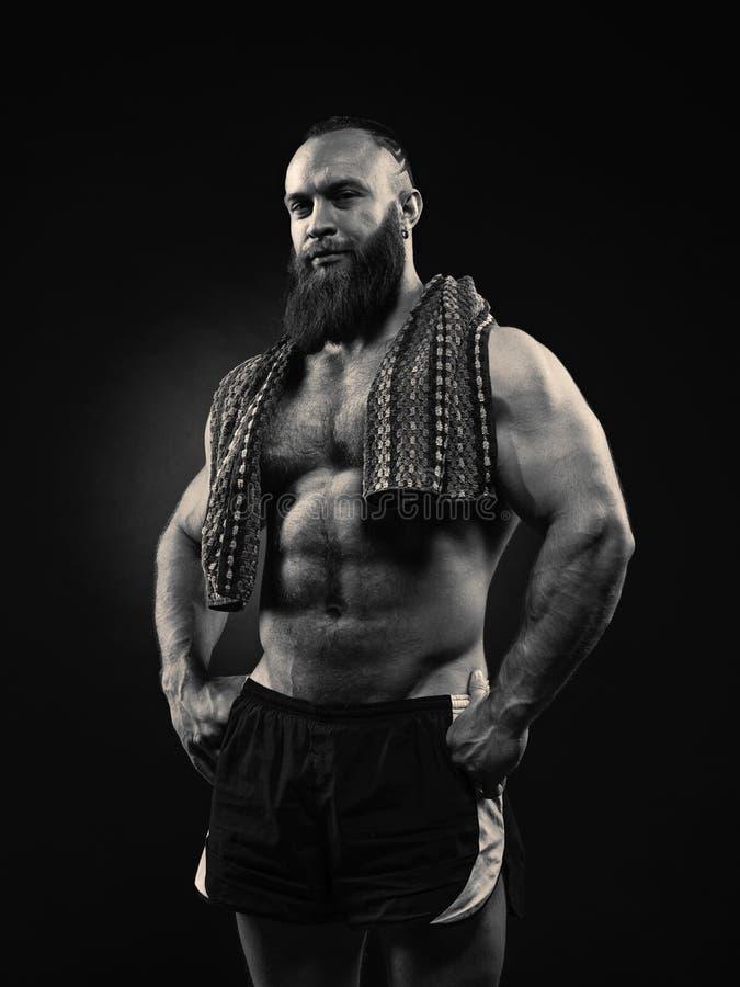 Portret brodaty silny mężczyzna z perfect abs, Pecs brać na swoje barki, zdjęcia royalty free