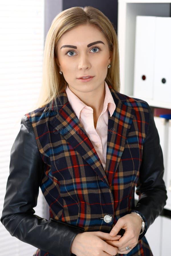 Portret brunetki biznesowa kobieta w biurowym tle obrazy stock