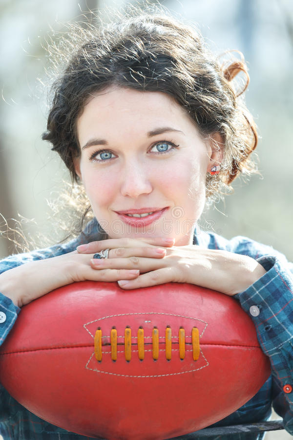 Download Portret Brunetki Dziewczyny Mienia Czerwieni Skóra Zdjęcie Stock - Obraz złożonej z kędzierzawy, smiling: 53778626