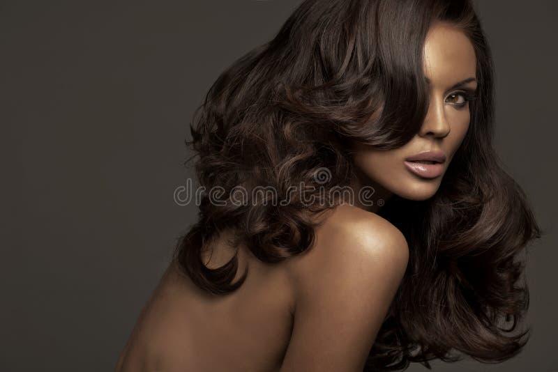 Portret brunetki kobieta z ciemną cerą obrazy stock